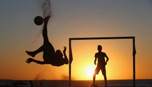 Miestni obyvatelia hrajú futbal na pláži Fortaleza. (httpsports.yahoo.com)