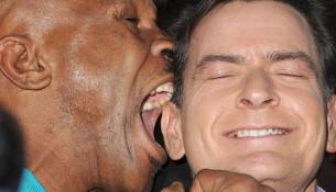 Tysona uhryznutie preslávilo, vpravo herec Charlie Sheen (foxsports.com)