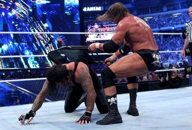 Vo wrestlingu sa používajú aj rôzne zbrane (quickwrestlingnews.com)