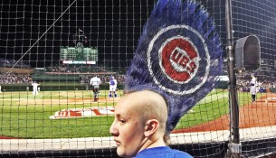 Fanúšik baseballového klubu Chicago Cubs s extrémnym účesom Mohawk (wapc.mlb.com)