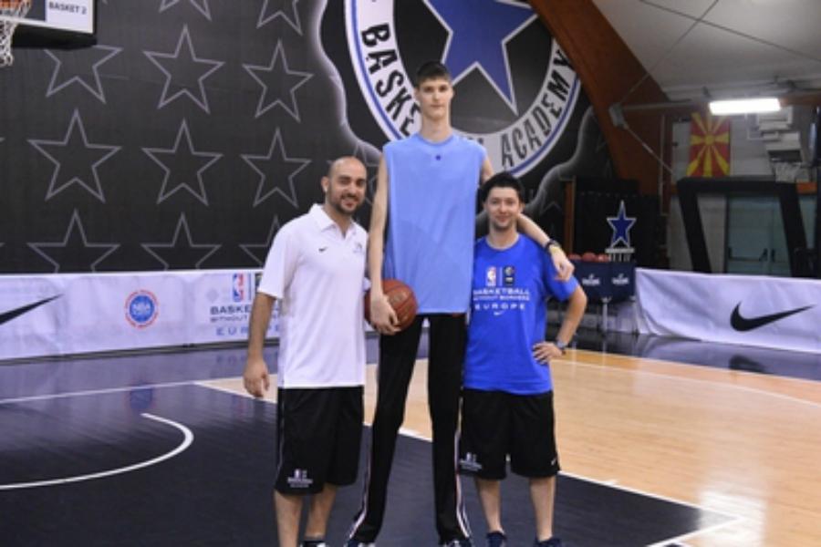 Rumunský basketbalista Robert Bobroczky má iba 13 rokov a meria 226 cm (sportinfozz.com)