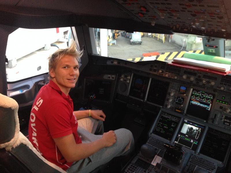 Adam Žampa v kokpite lietadla (adamzampa.com)