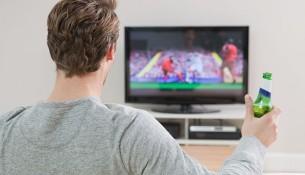 Muž pozerá futbal v TV (mirror.co.uk)