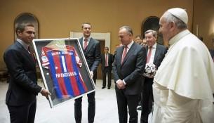 Dres Bayernu pre pápeža Františka (dailymail.uk)