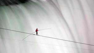 Nik Wallenda a za ním Niagarské vodopády (si.com)