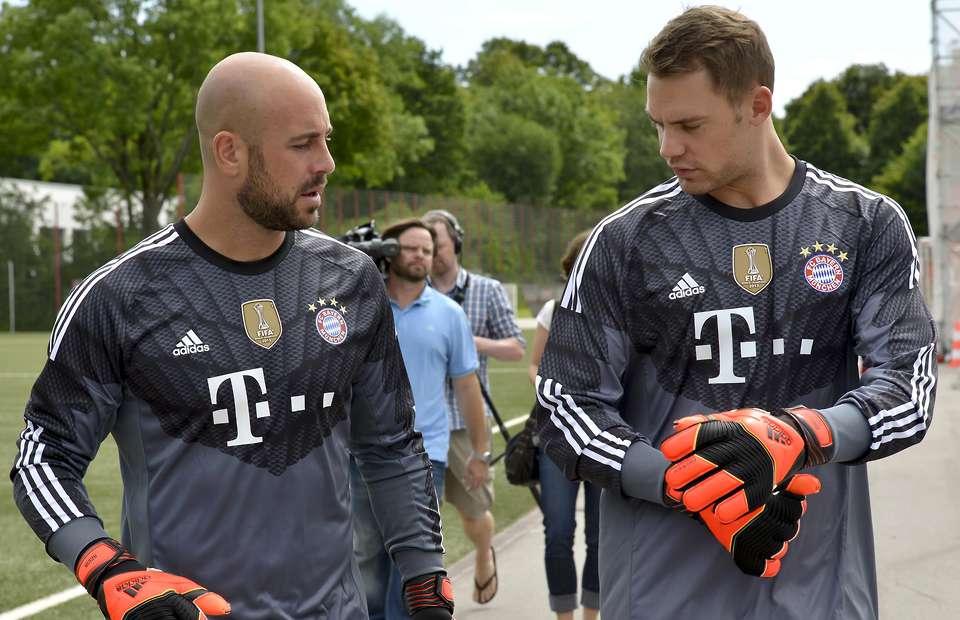 Manuel Neuer a Pepe Reina, Bayern Mníchov (givemesport.com)