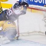 Naší hokejisti sa nebáli a tlačili sa do bránky (theprovince.com)