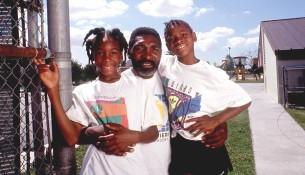 Serena na fotke so sestrou Venus a jej otcom (si.com)