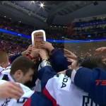 Slovenskí mladíci dvíhajú nad hlavy zaslúženú trofej (vimeo.com)