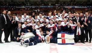 Spoločná fotka bronzových medailistov a celého realizačného tímu, ďakujeme! (worldjunior2015.com)