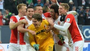 Brankár Augsburgu Marwin Hitz sa teší zo streleného gólu v nadstavenom čase (globoble.com)