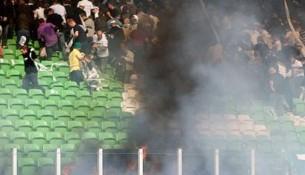 Fanúšikovia Groningenu pálili toaletný papier (englis.ajax.nl)